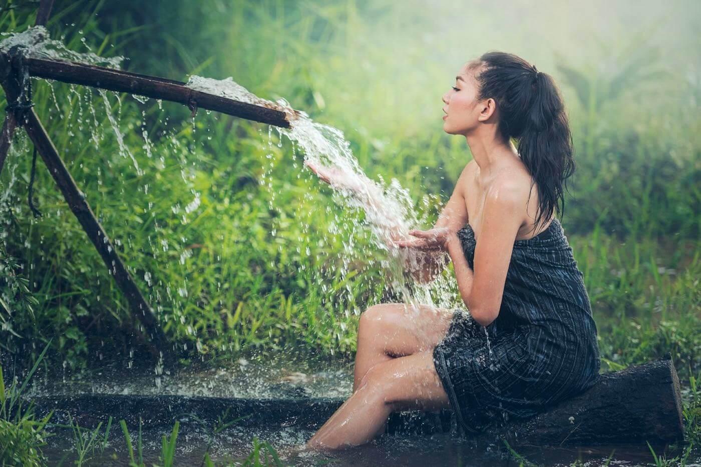 Femme aspergée d'eau froide